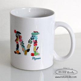 MUG Initiale en motif floral - fleurs et feuilles - prénom en bleu canard