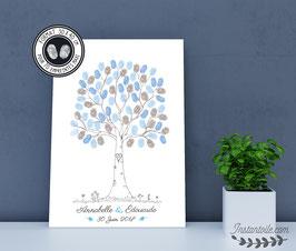 Arbre à empreintes style crayonné main avec initiales gravées sur le tronc, fleurs au pied de l'arbre et autres illustrations au choix
