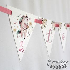 Guirlande personnalisée : fanions sur le thème licornes avec couleurs pastel, fleurs et plumes