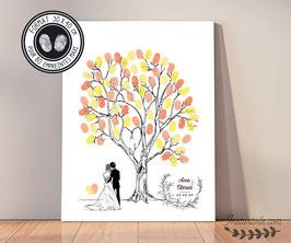 Arbre à empreintes : couple de mariés de dos au pied d'un arbre aux branches entrelacées en forme de coeur  - livre d'or mariage champêtre