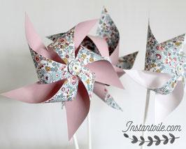 3 grands moulins à vent qui tournent en liberty Betsy porcelaine pour décoration de table - retour uni rose clair