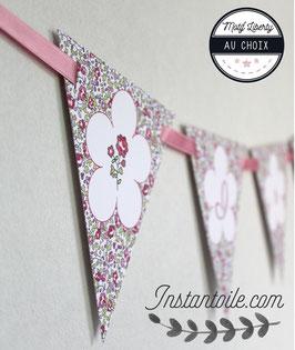 Guirlande personnalisée avec fanions en liberty Éloïse rose : rose et lettre sur fleur blanche - motif liberty au choix