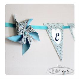 Guirlande personnalisée avec fanions en liberty bleu et moulins à vent : lettre sur coeur blanc