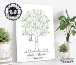 Arbre style crayonné : deux oiseaux sur balançoire, initiales des mariés gravées dans un coeur sur le tronc et fleurs au pied de l'arbre