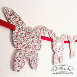 Guirlande personnalisée avec fanions découpés en papillon en liberty Eloise rose