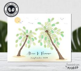 Arbre à empreintes  ambiance tropicale sous le soleil avec palmiers, plage de sable chaud et mer turquoise