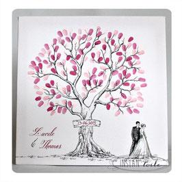 Arbre à empreintes style crayonné main pancarte en bois et mariés au pied de l'arbre