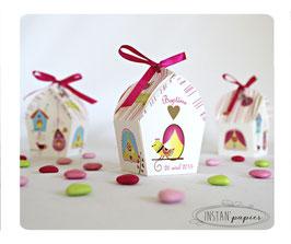 Boite forme nichoir avec nichoirs colorés, oiseaux et fleurs