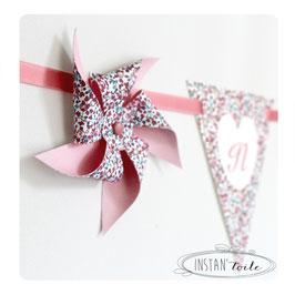 Guirlande personnalisée avec fanions en liberty Eloise pastel ruban rose et moulins à vent : lettre sur coeur blanc