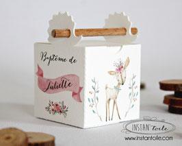 Boite à dragées baguette en bois avec découpe hérisson : forêt enchantée avec faon, lapin, couronne de fleurs, branchages