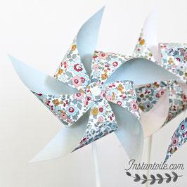 3 grands moulins à vent qui tournent en liberty Betsy porcelaine pour décoration de table - retour uni bleu clair