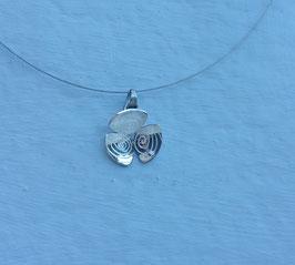 Collier fleurs 3 pétales gravées de motifs spirales ovales
