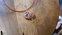 collier mixte gothique rond irrégulier bois de rose et pierre, serpents en argent 950,