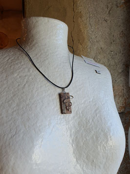 collier mixte gothique rectangle bois et serpents à droite en argent 950,