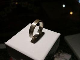 Bague anneau homme gravée motif empreinte de peau. Finition oxydée. en argent massif. Artisanale et unique