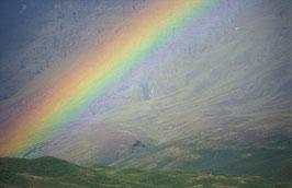 Regenbogen über steinigem Land, Briefkarte