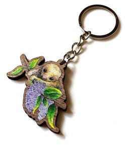 Schlüsselanhänger aus Walnussholz: Faultier mit Blüten