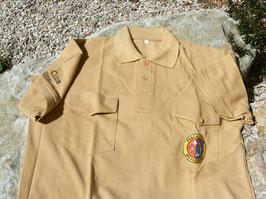 Polo con due taschini, stemmino colorato e nome del club sulla manica ricamati.