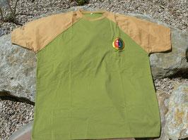 Maglietta bicolore, stemmino colorato e nome del club sulla manica ricamati.