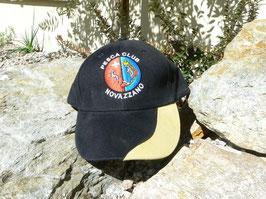 Cappellino con stemmino colorato e nome del club ricamati.