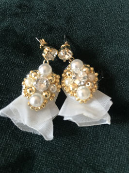 Perlen- Ohrringe mit Stoffblüte