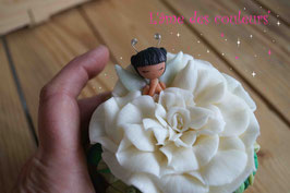 Boite  petite fée endormie fleur blanche en porcelaine froide