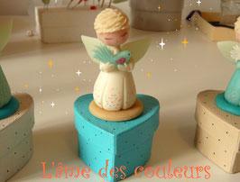 ( Sur Commande )Petite boite ange à l'oiseau de paix  en porcelaine froide