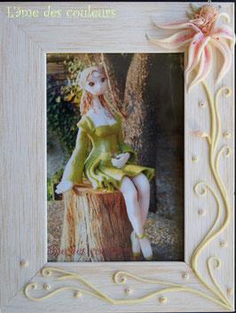 Cadre photo bois et décor petite fée endormie  sur fleur en porcelaine froide