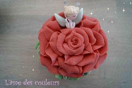 Boite  petite fée endormie fleur couleur saumon en porcelaine froide