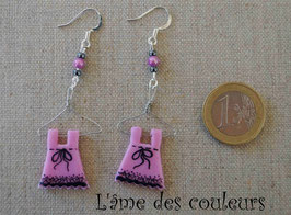 Boucle d'oreilles, mes petites robes sur cintre couleur rose et dentelle noire