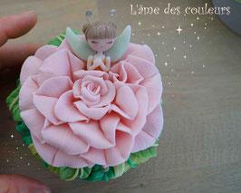 ( Vendue )Boite  petite fée endormie fleur couleur rose poudré en porcelaine froide