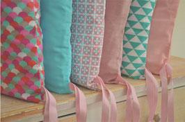Tour de lit 6 coussins déhoussables, roses et bleus écailles