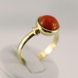 Ring aus 585-Gelbgold und roter Astkoralle