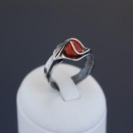 Offener Ring aus geschwärztem 925-Sterlingsilber und Astkoralle