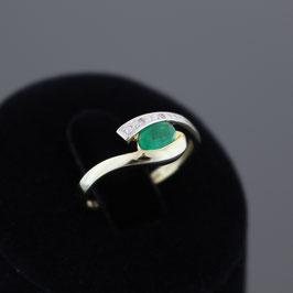 Ring aus 585-Gelbgold, Smaragd und Brillantsplittern