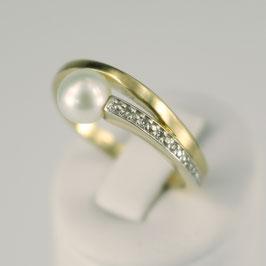 Ring aus 585-Gelbgold mit Weißvergoldung, weißer Süßwasserzuchtperle und Zirkonia