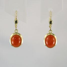 Ohrhänger aus 333-Gelbgold mit roter Astkoralle