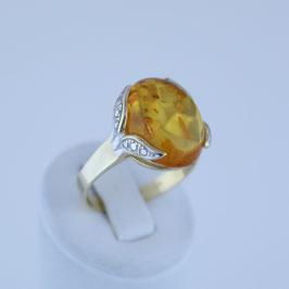 Ring aus 333-Gelbgold mit teilweiser Weißvergoldung und baltischem Naturbernstein