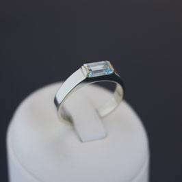 Ring aus 333-Weißgold und Blautopas