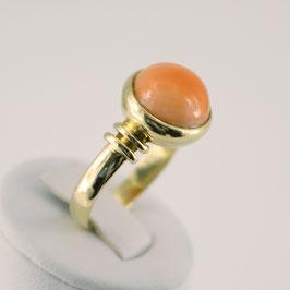 Ring aus 585-Gelbgold und lachsfarbener Astkoralle