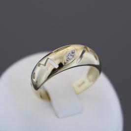 Ring aus 333-Gelbgold mit teilweiser Weißvergoldung und Diamant