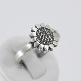 Ring in Blütenform aus mattiertem, geschwärzten 925-Sterlingsilber