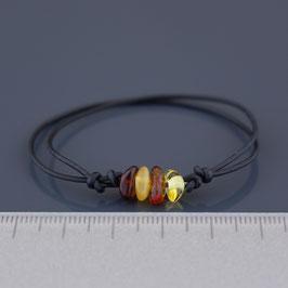 Armband aus Leder und baltischen Bernsteinen