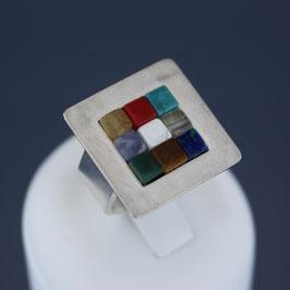 Ring aus 925-Sterlingsilber und verschiedenen Edelsteinen