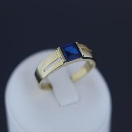 Ring aus 333-Gelbgold und Spinell