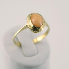 Ring aus 333-Gelbgold und rosa Astkoralle