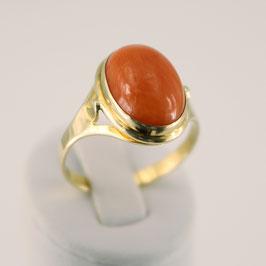Ring aus 333-Gelbgold und roter Astkoralle