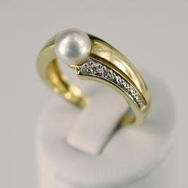Ring aus 333-Gelbgold mit Weißvergoldung, weißer Süßwasserzuchtperle und Zirkonia