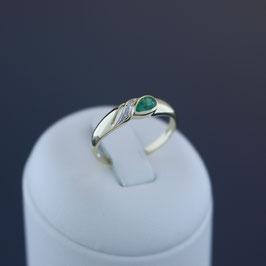 Ring aus 333-Gelbgold mit teilweiser Weißvergoldung, Smaragd und Diamant