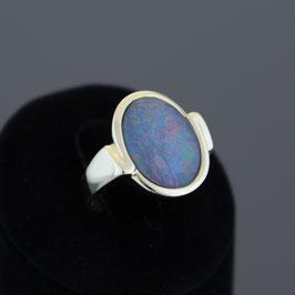 Ring aus 333-Gelbgold, Opal und unterlegtem Onyx (Dublette)